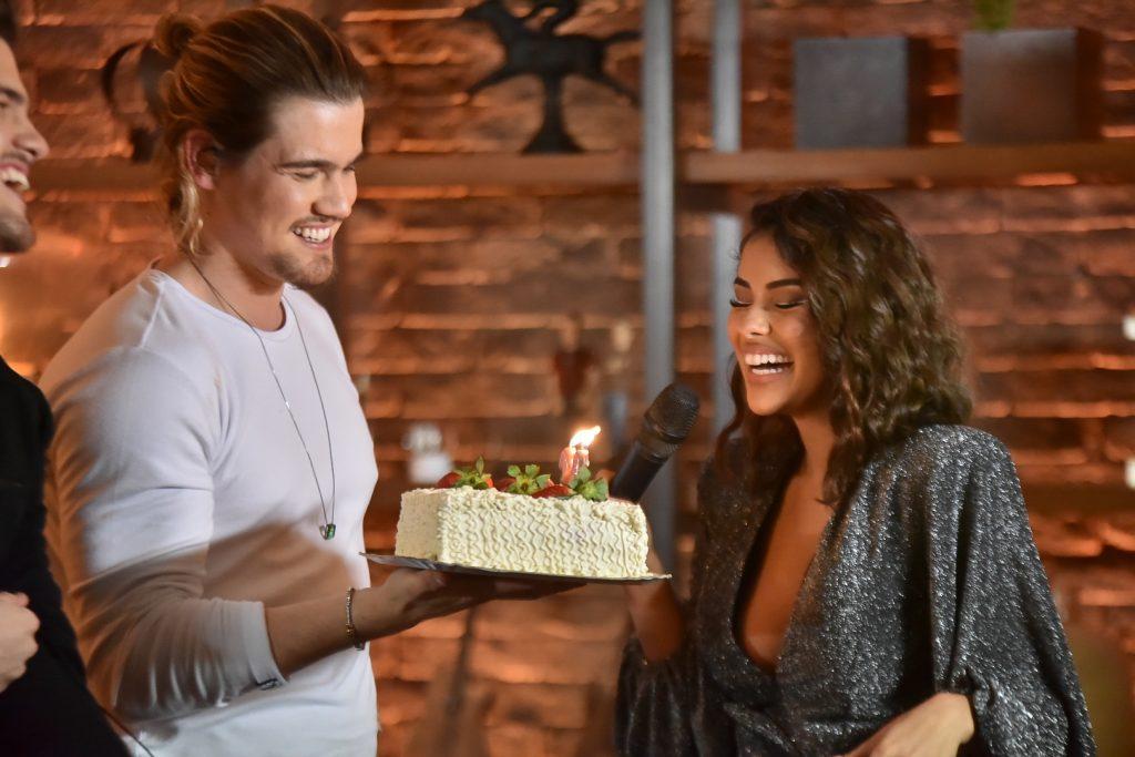 Munik Nunes comemora aniversário em live do namorado e canta com ele