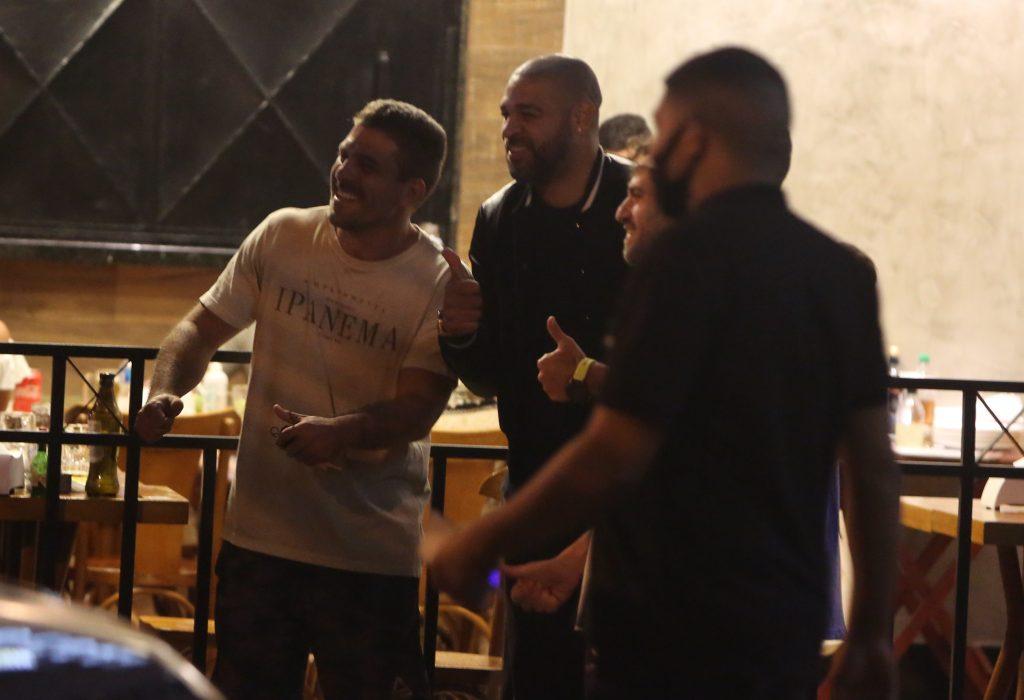 Adriano Imperador curte a noite com amigos no Rio