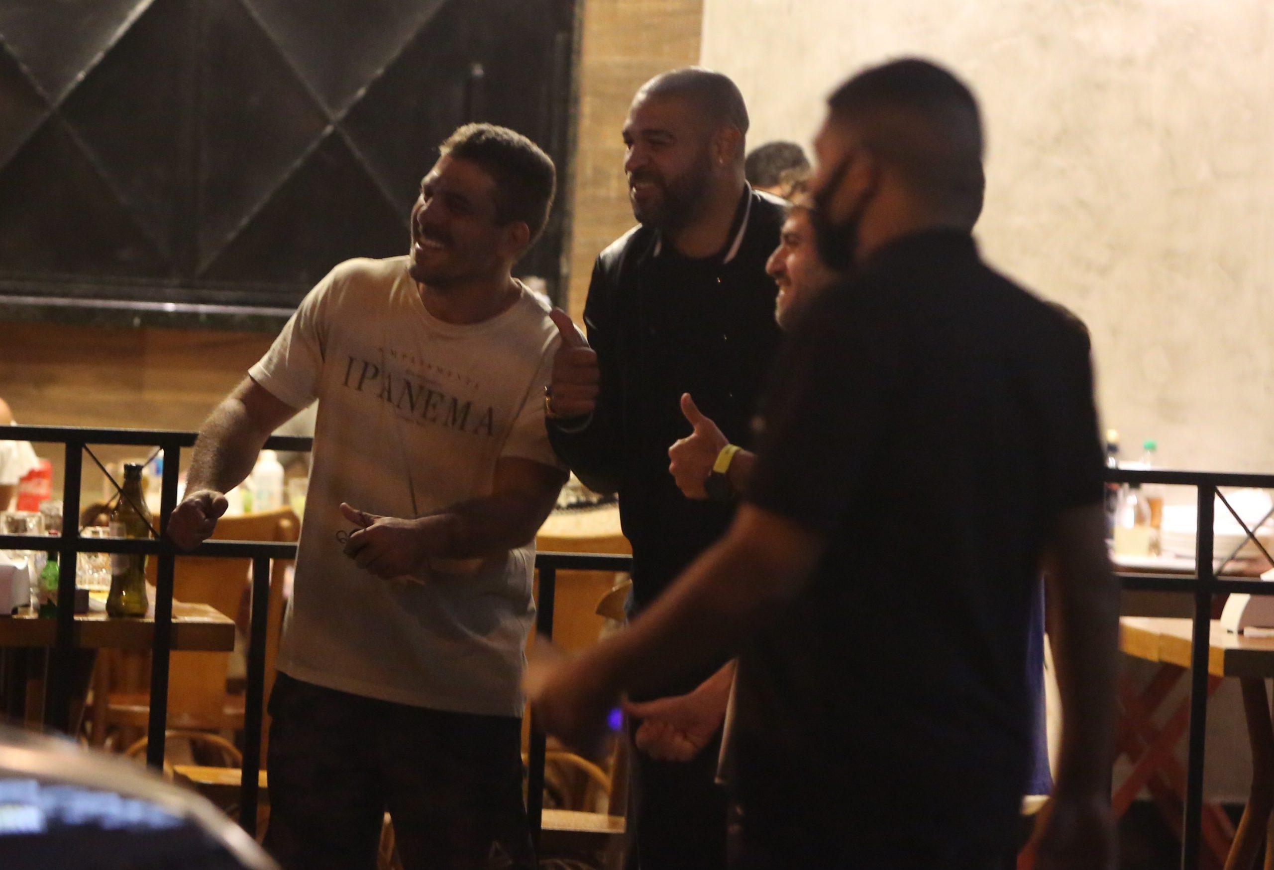 Após baile funk, Adriano Imperador curte a noite com amigos no Rio