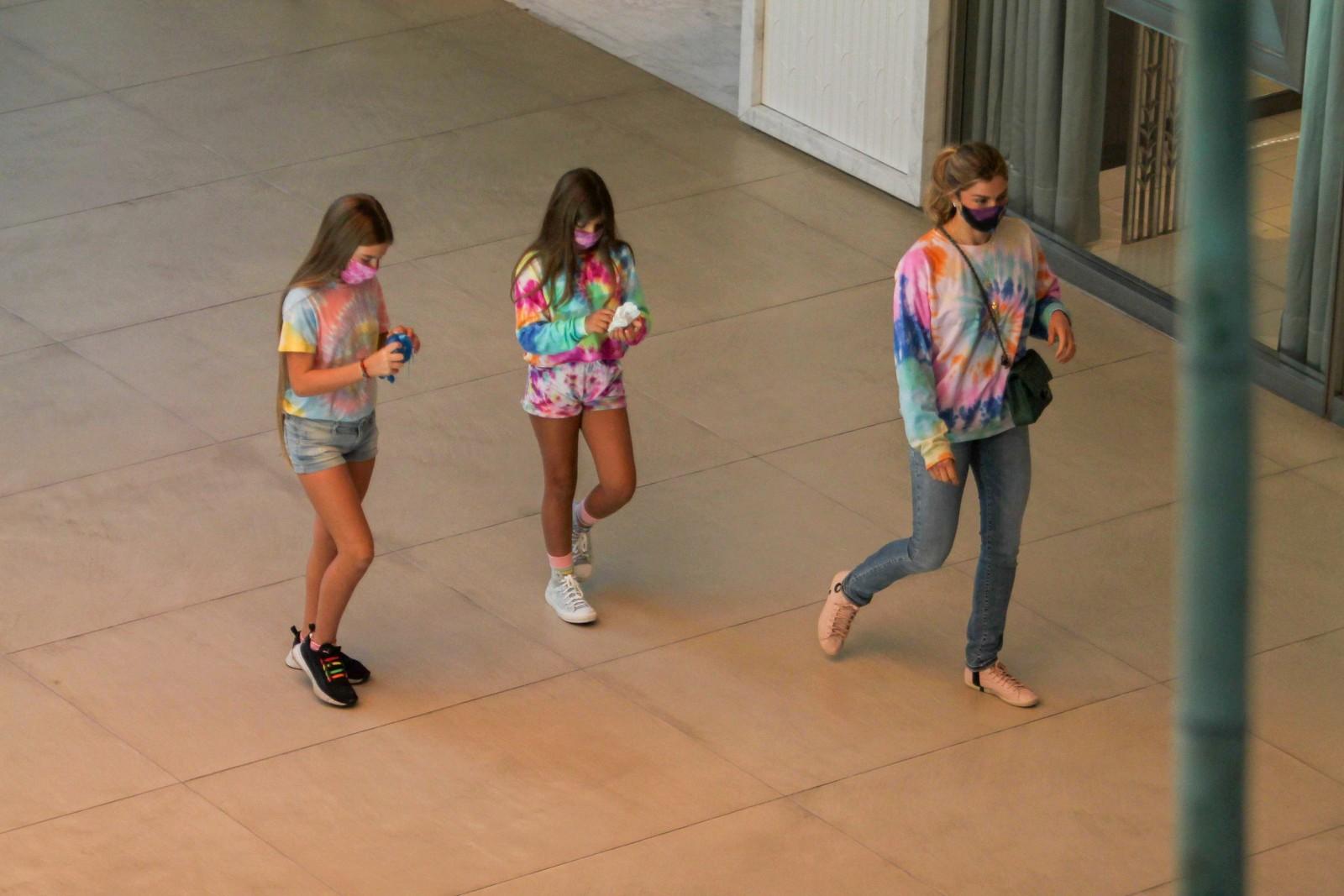 Grazi Massafera combina look com filha para passeio em shopping