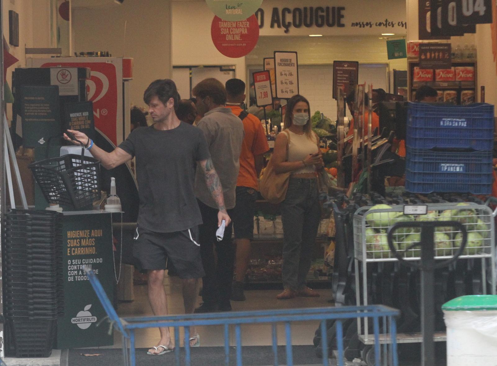 Sem máscara, Dado Dolabella faz compras no Rio
