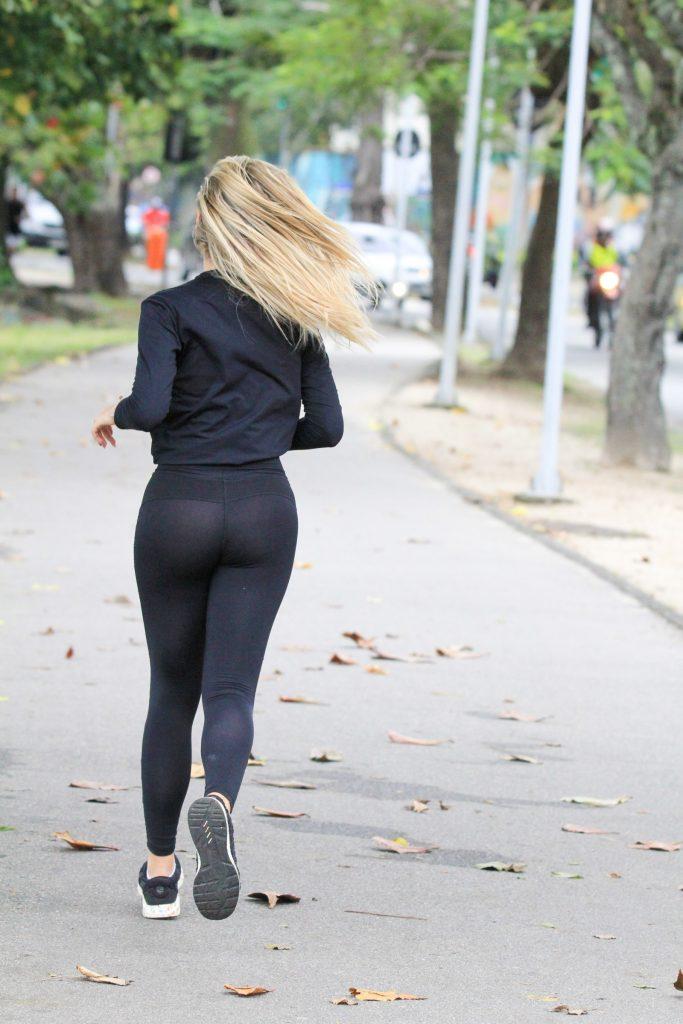 Com roupa fitness Isabella Cecchi corre na lagoa Rodrigo de Freitas