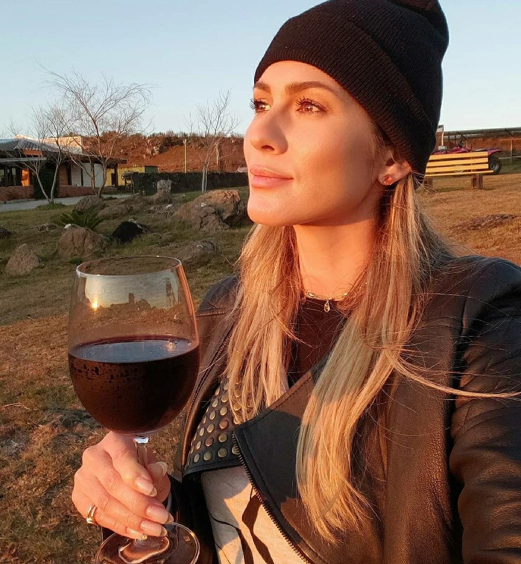 Lívia Andrade fica sem comunicação após ciclone bomba em SC