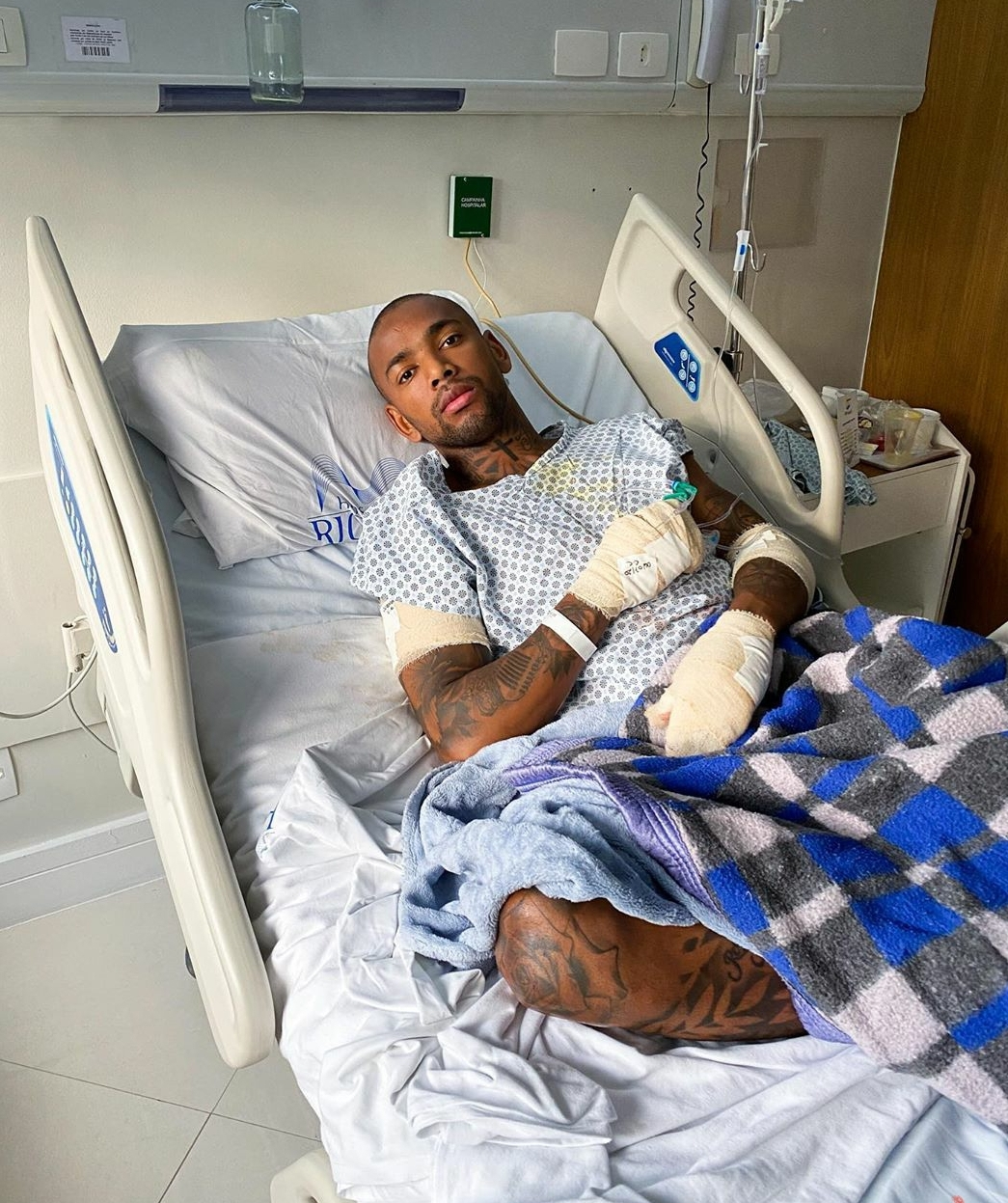 Nego do Borel tranquiliza fãs após acidente de moto 'É hora de me cuidar'
