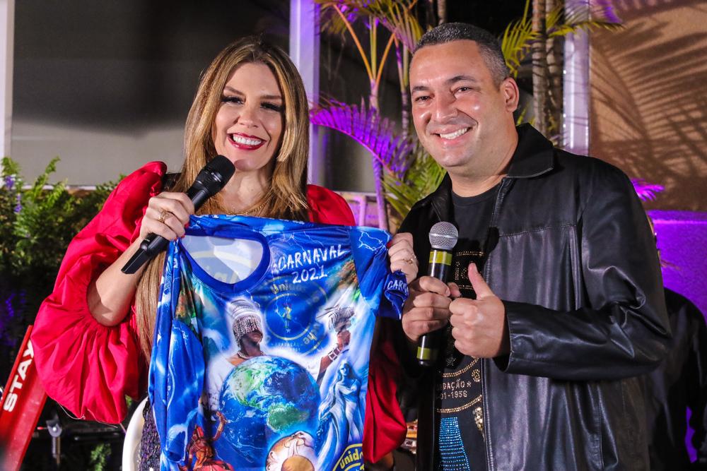 Simony ao lado do presidente da Unidos do Peruche - Foto: Thiago Duran / AgNews