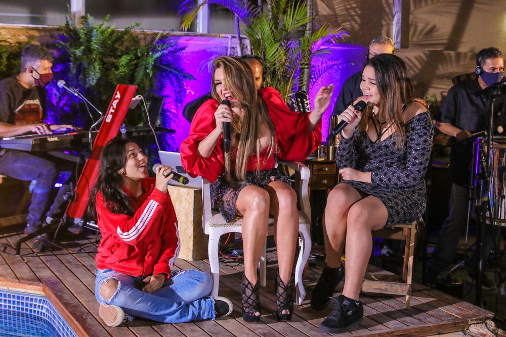 Simony canta com suas filhas durante Live - Foto: Thiago Duran / Agnews