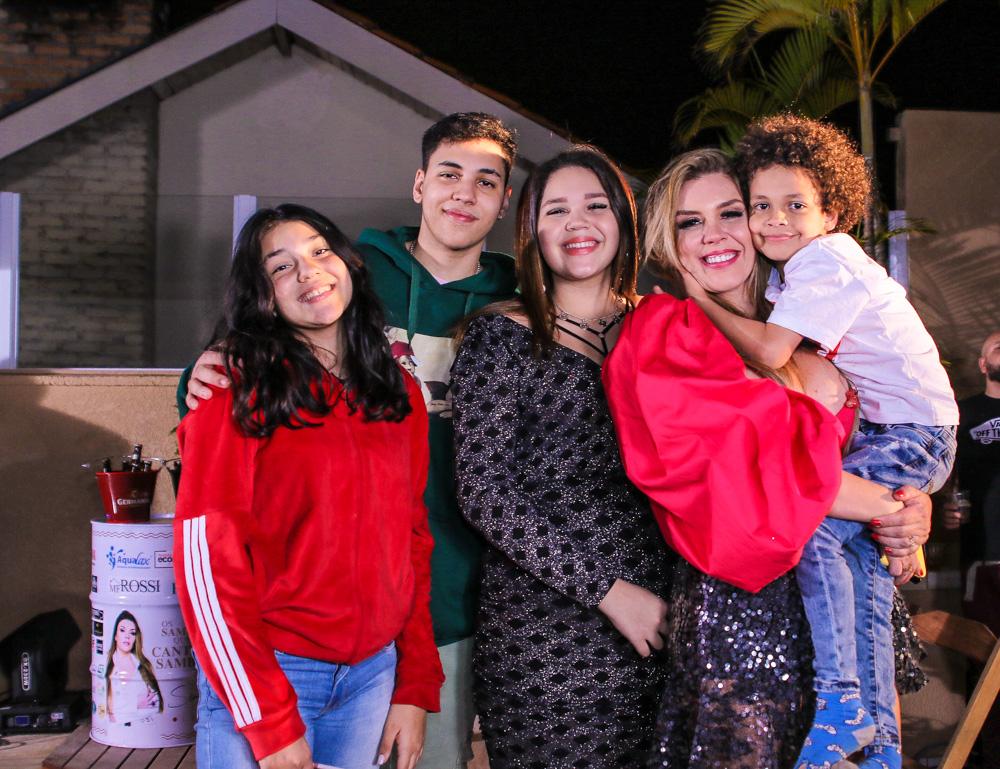 Simony posa com seus filhos durante Live - Foto: Thiago Duran / Agnews