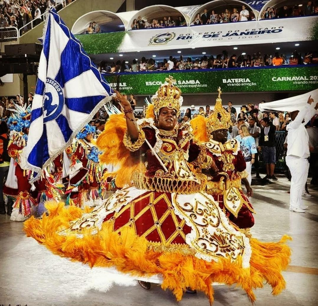 Porta-bandeira homem no Carnaval gera discussão entre sambistas que são contra