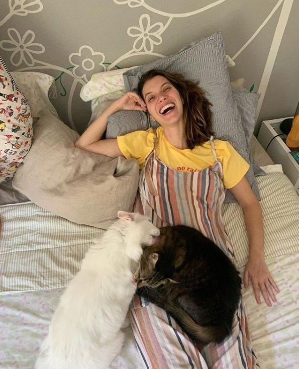 Nathalia Dill com seus cachorros