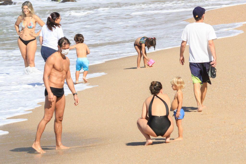 Paulo Rocha é clicado em praia carioca