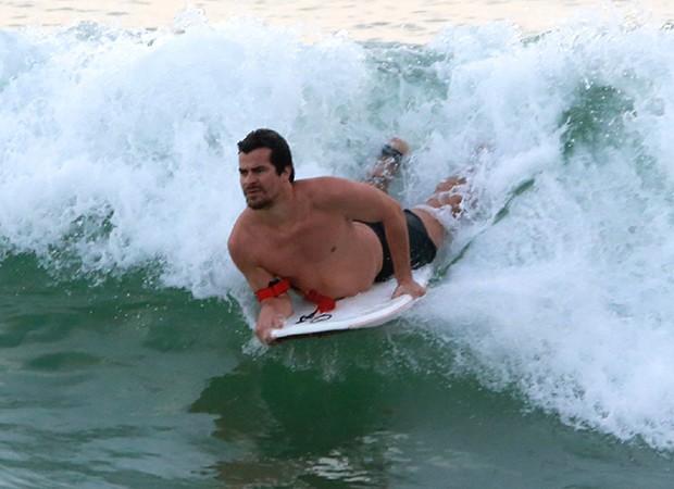 Thiago Martins pratica bodyboard em praia carioca