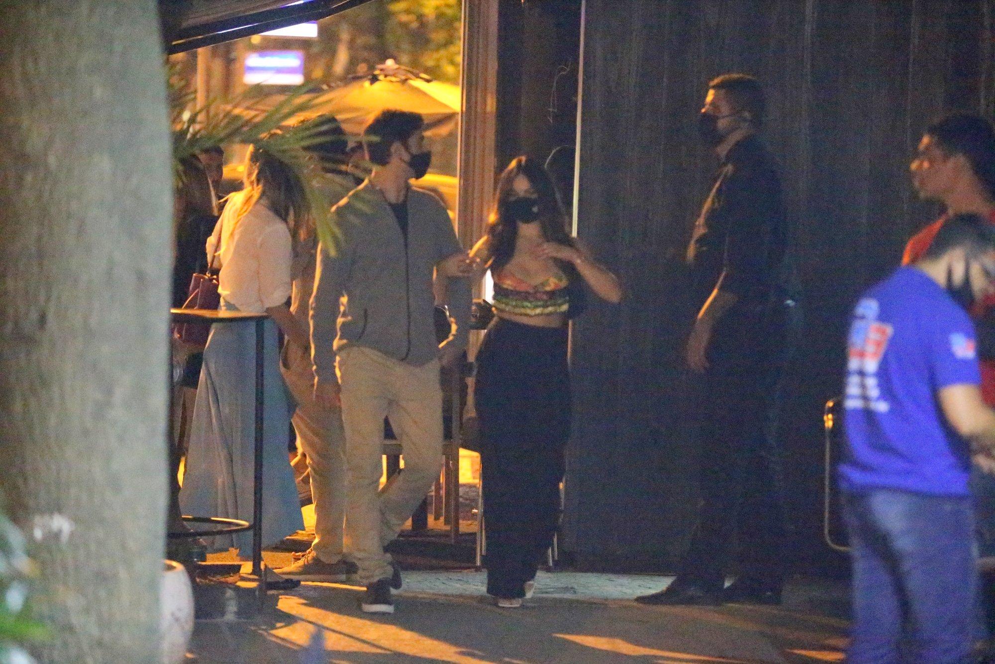 Escapadinha! Isis Valverde aproveita restaurantes abertos para jantar com o marido