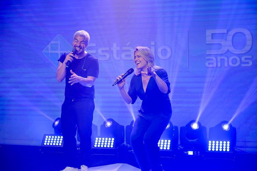 Thiago Rodrigues e Fernanda Gentil fazem performance durante Live