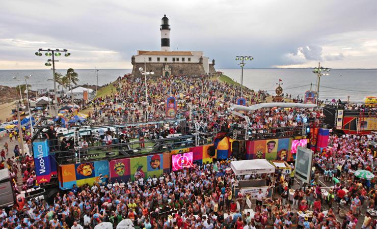 Foto do farol da Barra em Salvador cheio de foliões durante o carnaval