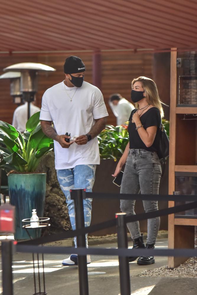 Leo Santana é visto deixando restaurante em São Paulo após ter gravação cancelada