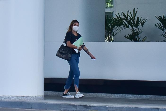 Superprotegida! Gabriela Pugliesi usa até protetor de sapatos para sair de casa