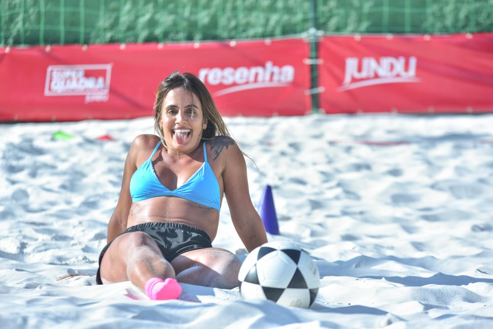 Carol Peixinho pratica futevôlei para manter boa forma