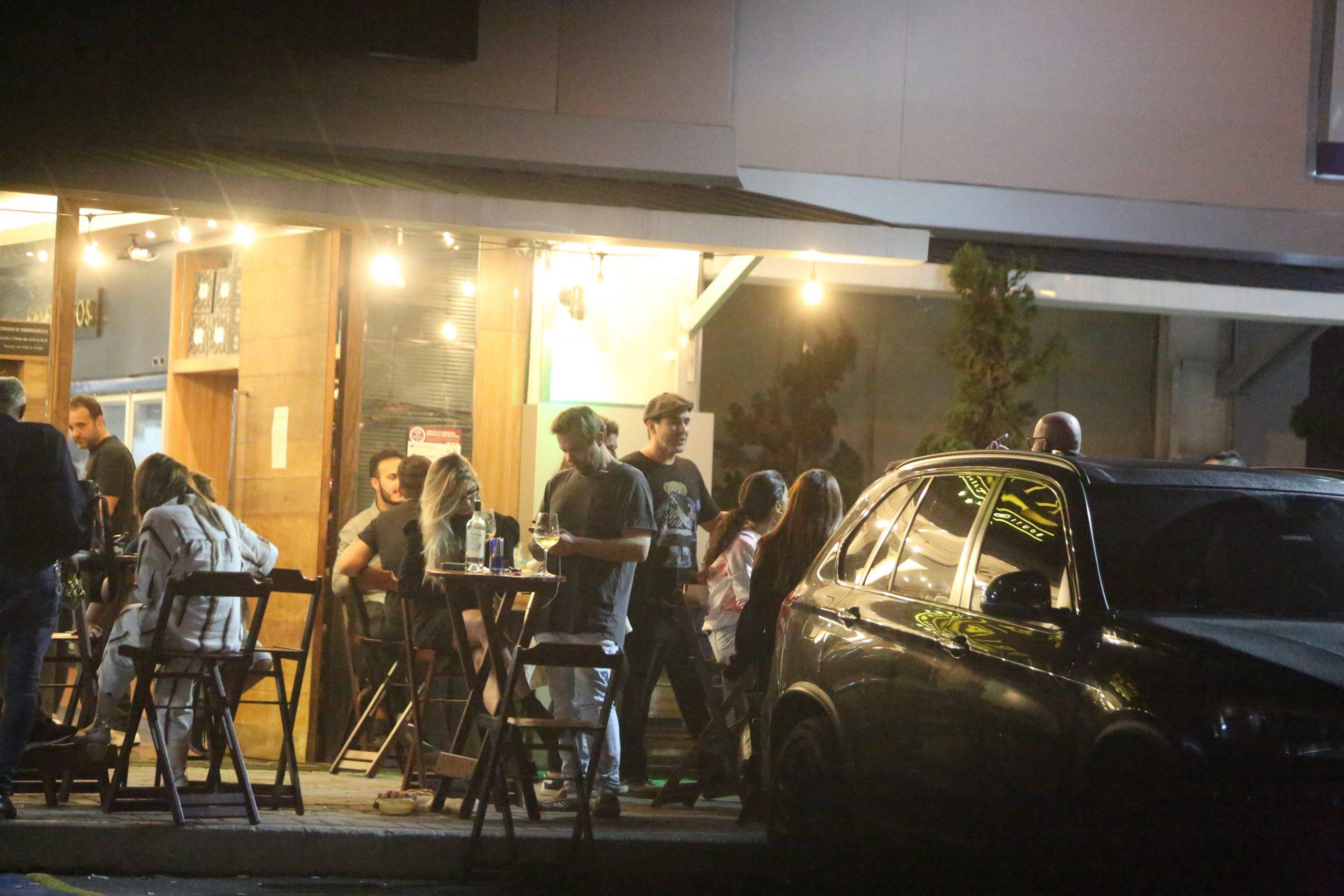 André Marques curte noitada em bar carioca