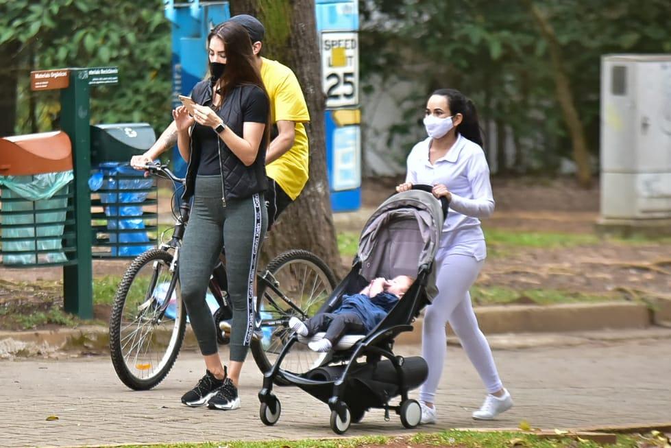 Com babá a tiracolo, esposa de Alok caminha em São Paulo