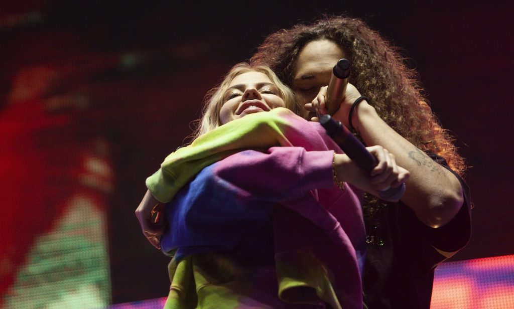 Vitão e Luisa Sonza trocam carícias durante show em Curitiba. Foto Marcos Mancinni.