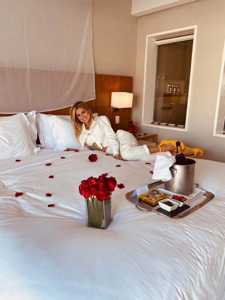 Isabella no quarto do hotel decorado pelo namorado