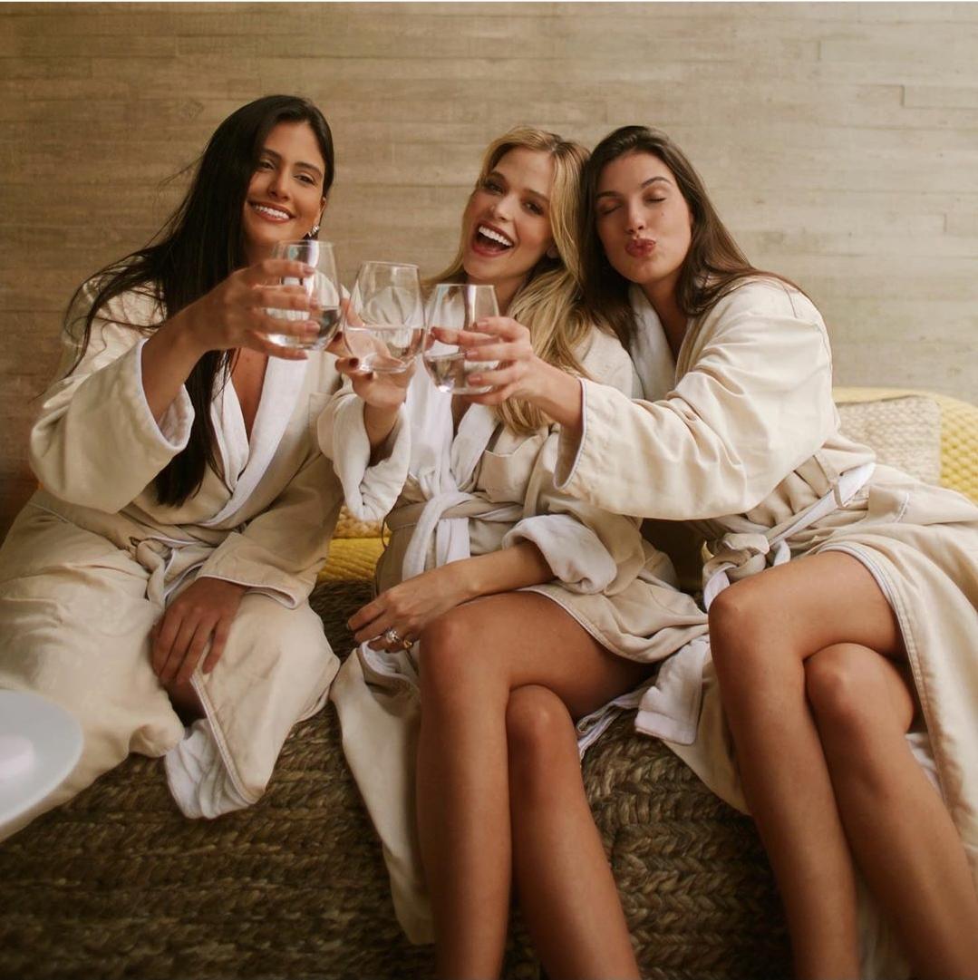 Grávida, esposa de Kaká comemora aniversário em spa com as amigas