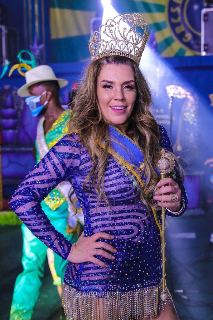 Simony é coroada rainha de bateria da Unidos do Peruche - Foto: Thiago Duran / AgNews