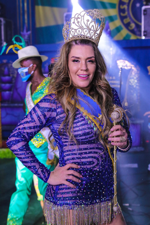 Simony é coroada como Rainha de Bateria mesmo sem saber quando haverá carnaval