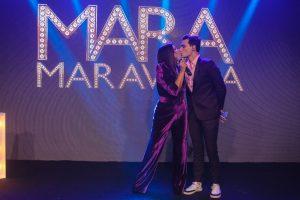 Mara Maravilha troca beijos com o noivo