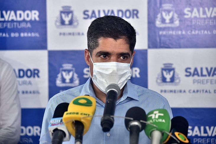 AMC Neto de máscara rodeado de microfones durante coletiva