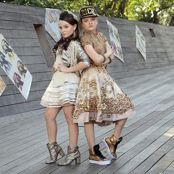 larissa Manoela e Giovanna Chaves durante campanha de moda