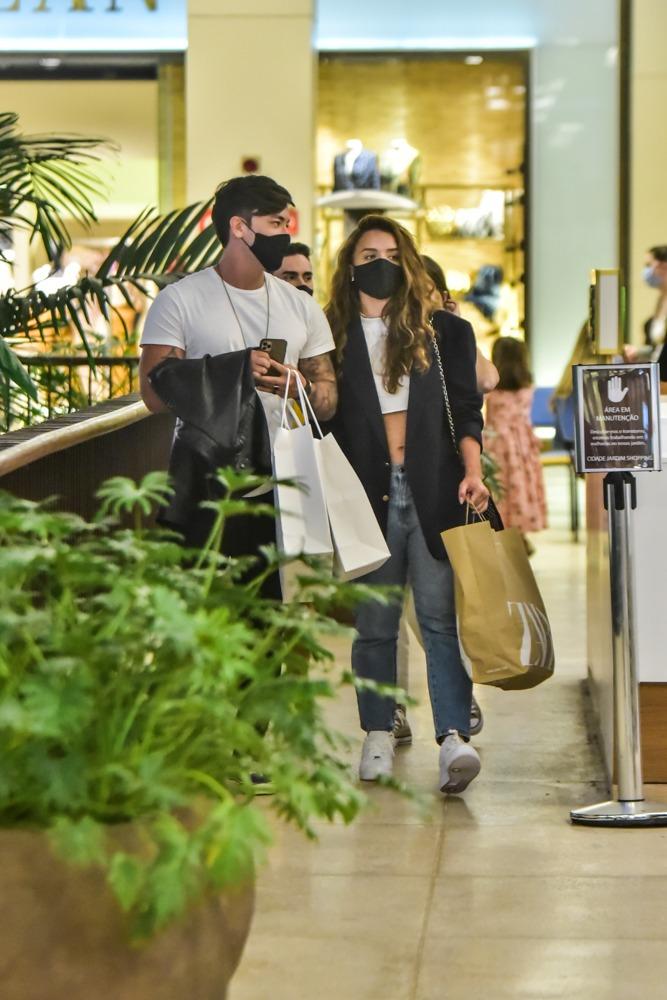 Rafa Kalimann e Caon passeiam de mãos dadas no shopping