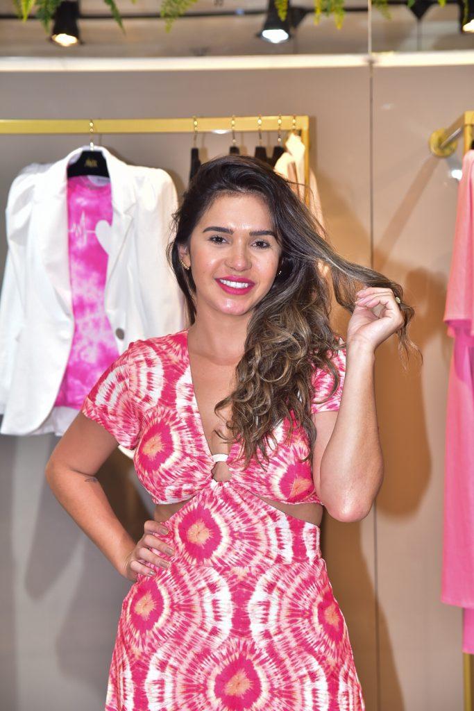 Ex BBB Gizelly Bicalho escolhe look sugerido por fãs para premiação