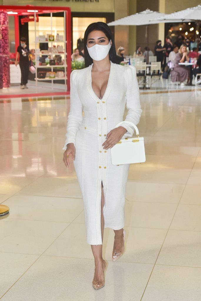 Simaria arrasa com look decotado para passeio em shopping