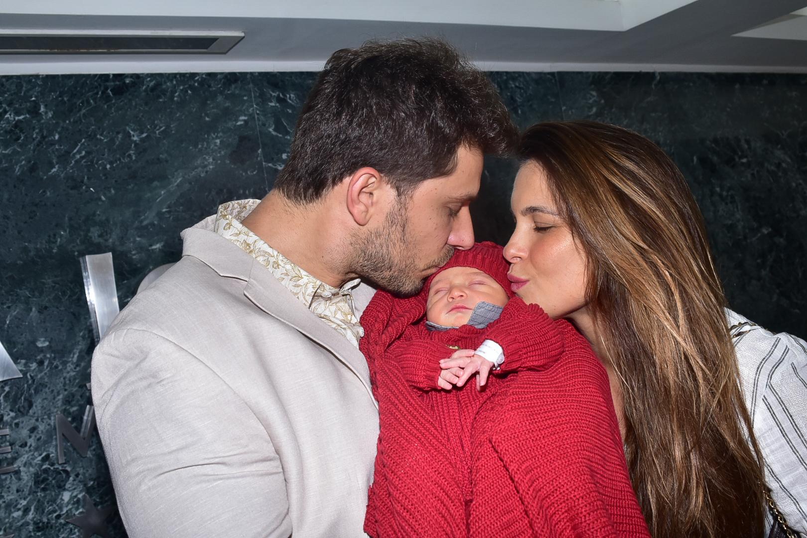 Ex-BBBs Kamilla e Eliéser deixam a maternidade com o filho, Bento