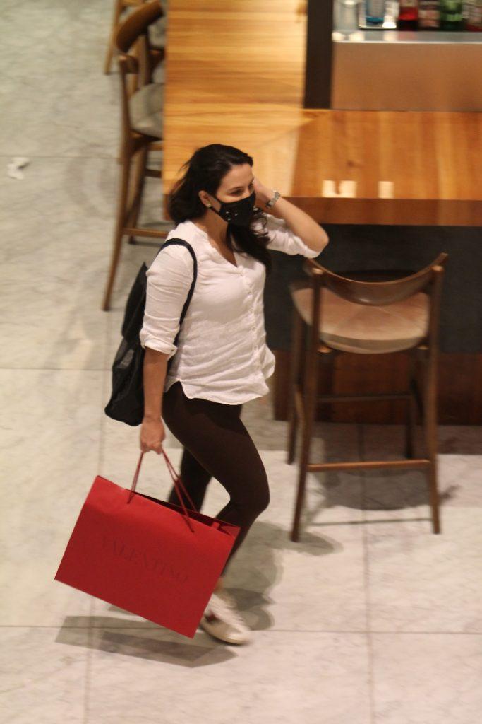Kyra Gracie exibe barriga do sexto mês de gravidez durante compras com Malvino Salvador