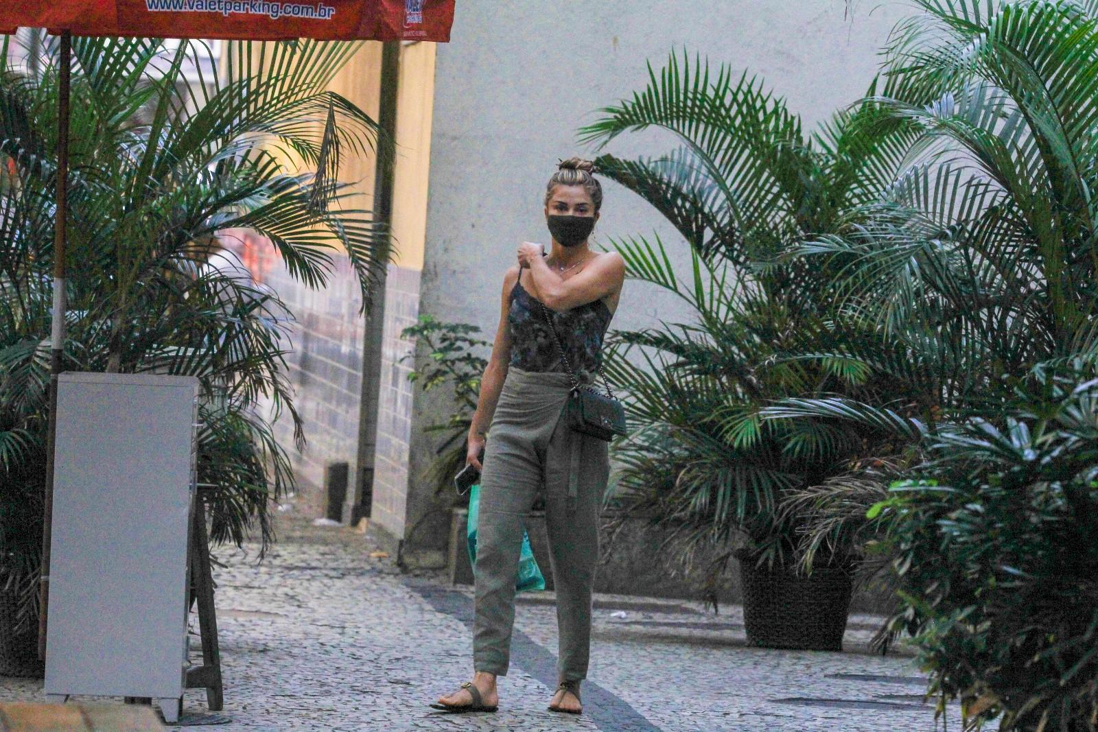 Grazi Massafera faz compras na zona sul do Rio de Janeiro