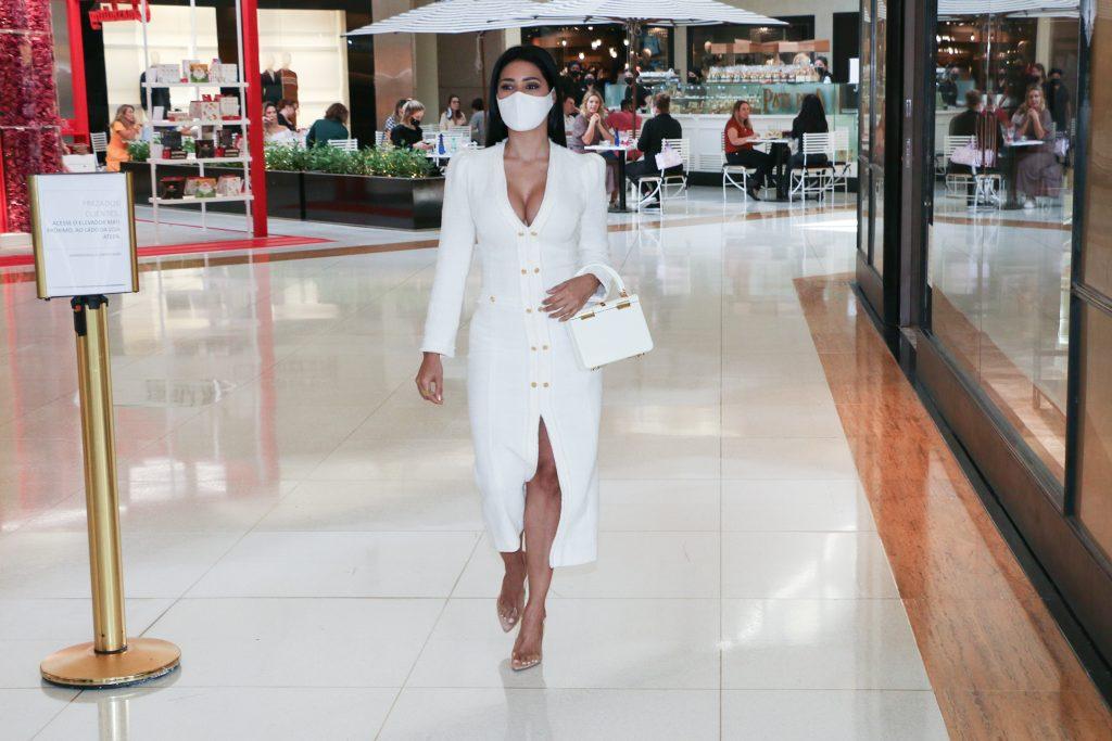 Simaria arrasa com look decotado para passeio em shopping - Fotos Leo Franco e Lucas Ramos/ Agnews