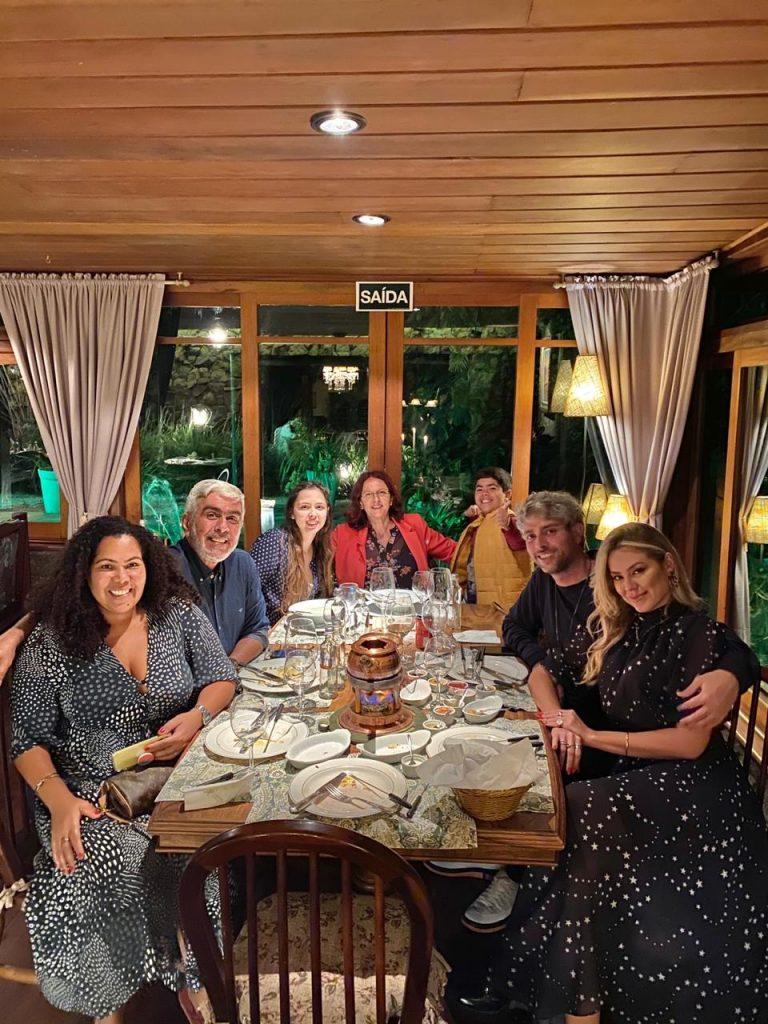 Pedro e Isabella jantam com a família do procurador em Campos do Jordão
