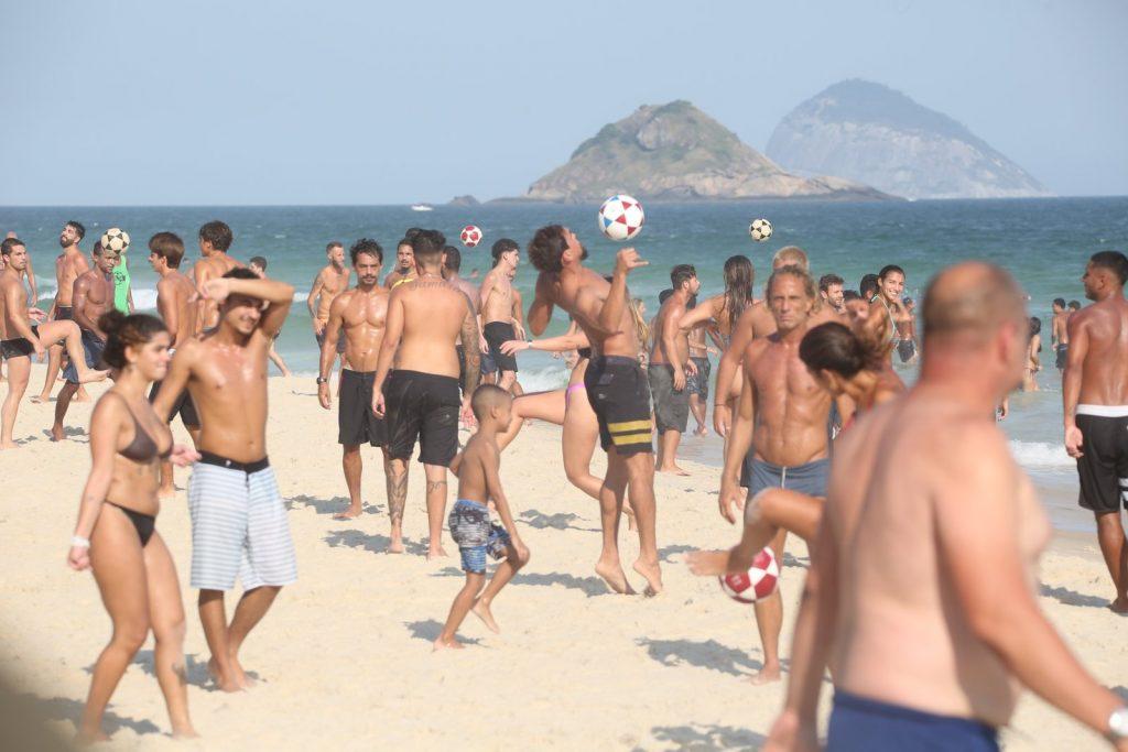 Felipe Roque curte praia em meio a aglomeração no RJ - Foto Cris Silva/ Agnews