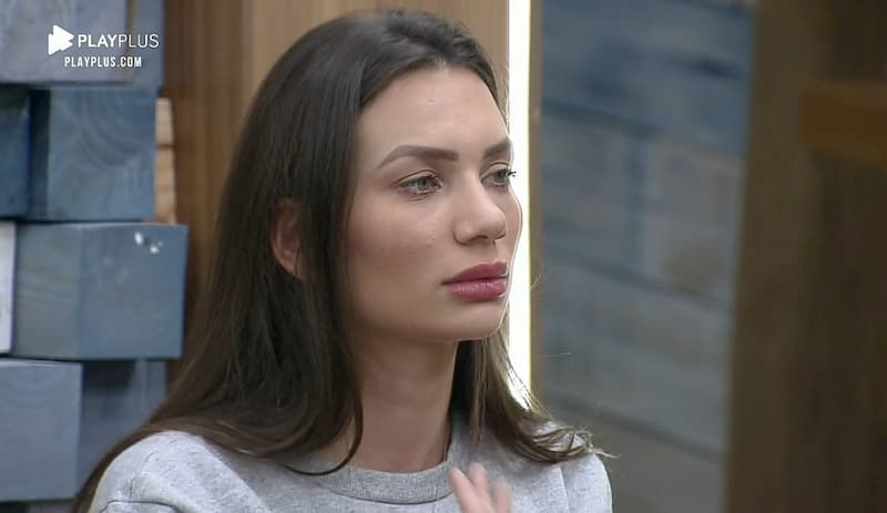 Stéfani Bays chora e cogita deixar A Fazenda