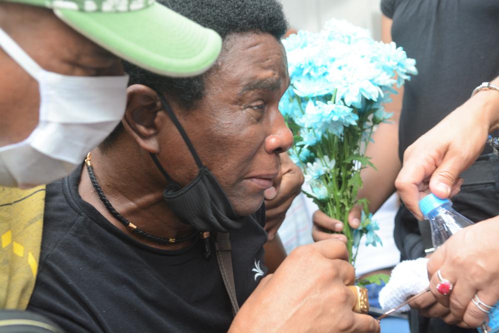 Neguinho da Beija Flor é amparado por familiares no enterro do neto