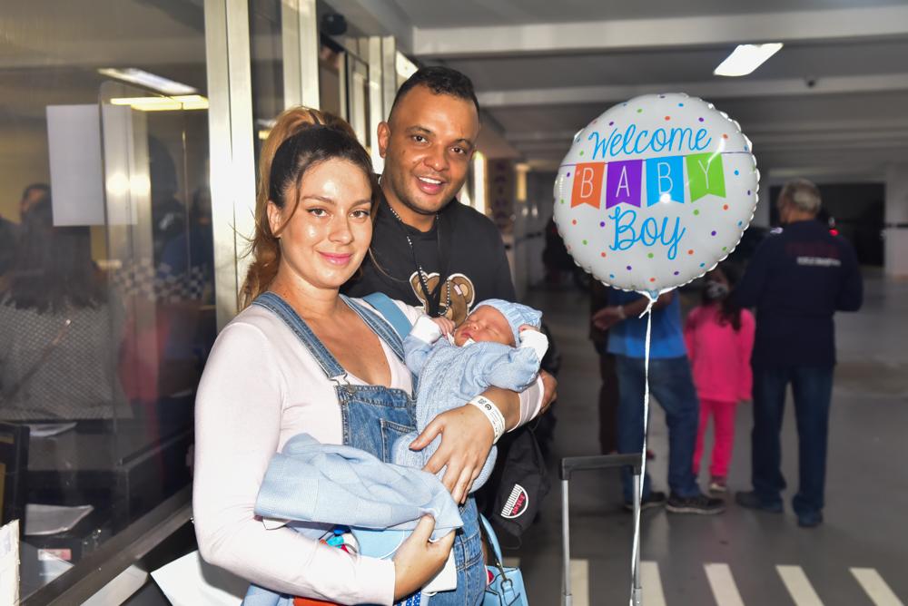 Fernandinho Beat Box e Dryca Ryzzo deixam a maternidade com o filho, Gael