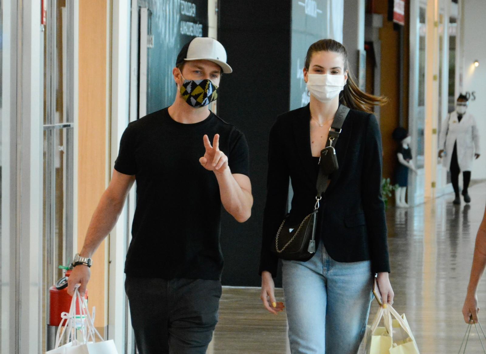 Klebber Toledo e Camila Queiroz passeiam juntinhos em shopping