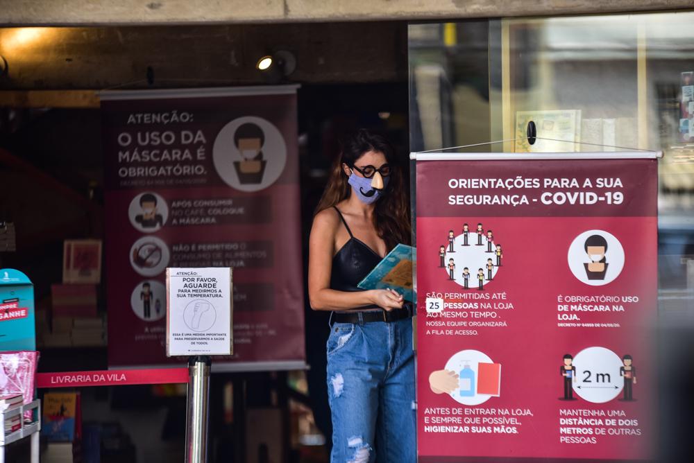 Rafa Brites tenta fugir de paparazzo usando óculos de impostora - Foto Leo Franco/ Agnews