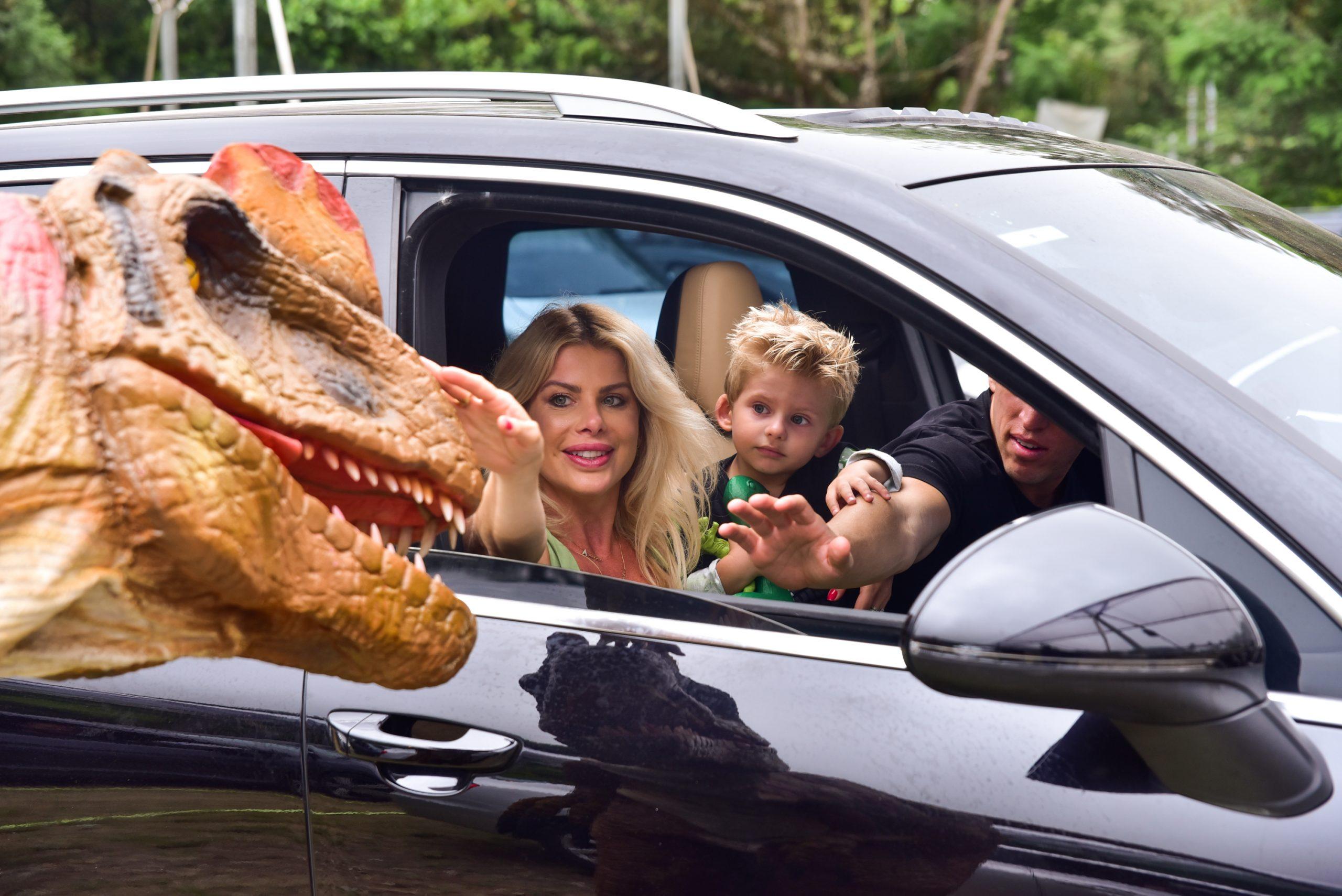 Karina Bacchi e mais famosos curtem passeio em safari de dinossauros