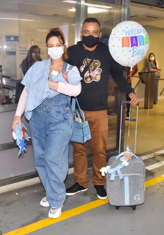 Fernandinho Beat Box e Dryca Ryzzo deixam a maternidade com o filho, Gael - Foto Leo Franco/ Agnews