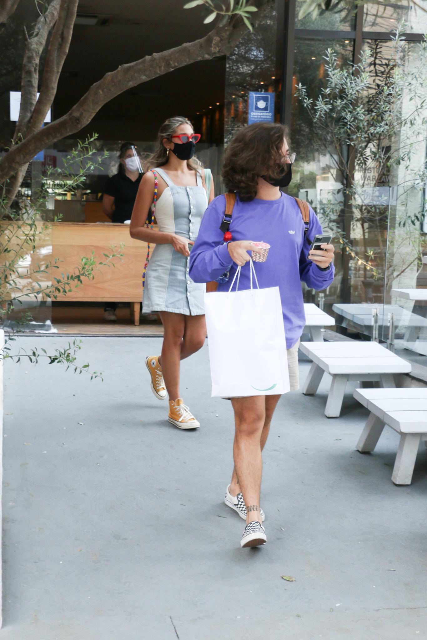 Sasha é flagrada saindo de restaurante com namorado