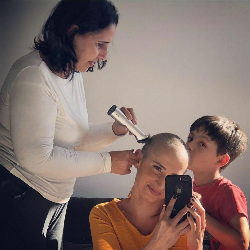 Jornalista da Globo com câncer de mama apresenta programa sem peruca