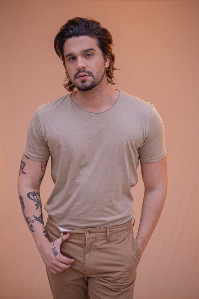 Luan Santana vai leiloar look de DVD em ação pelo Pantanal